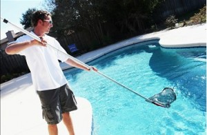 man-cleaning-pool2